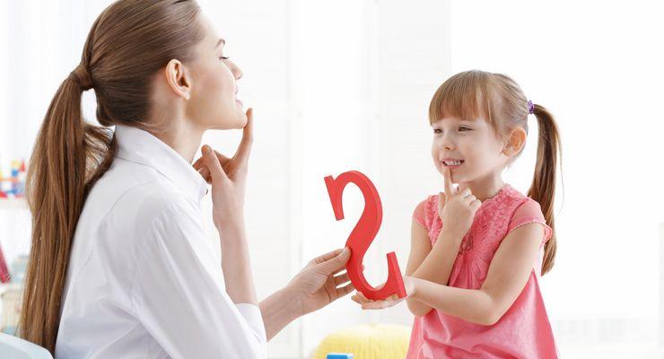 Logopädin übt den S-Laut mit einem kleinen Mädchen mg_sprechstoerungen.jpg