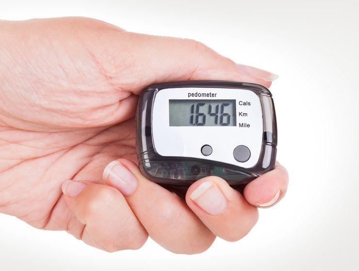 Eine Hand hält einen Schrittzähler mg_schrittzaehler.jpg