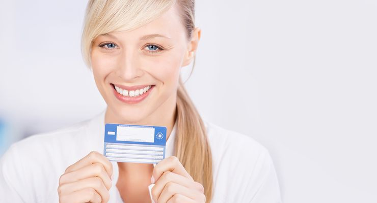 Frau hält Ihre Europäische Gesundheitskarte ml_ehic.jpg