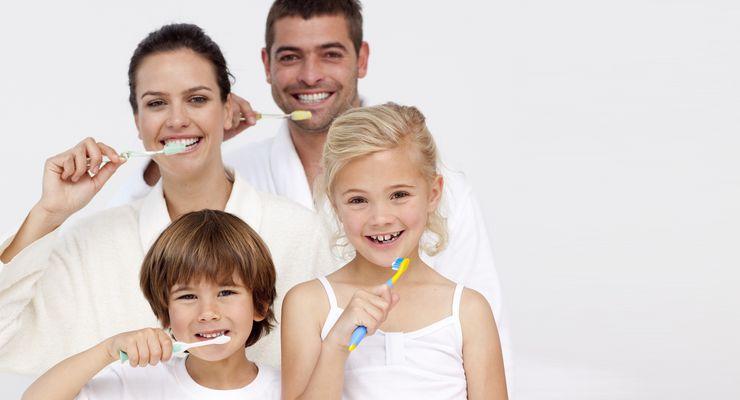 Vierköpfige Familie putzt Zähne mg_zahnpflege.jpg