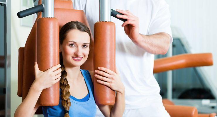 Junge Frau trainiert in stationärer Reha ml_stat_reha.jpg