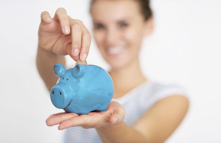 2 Euro werden in ein Sparschwein geworfen mw_beitragsatzsenkung.jpg