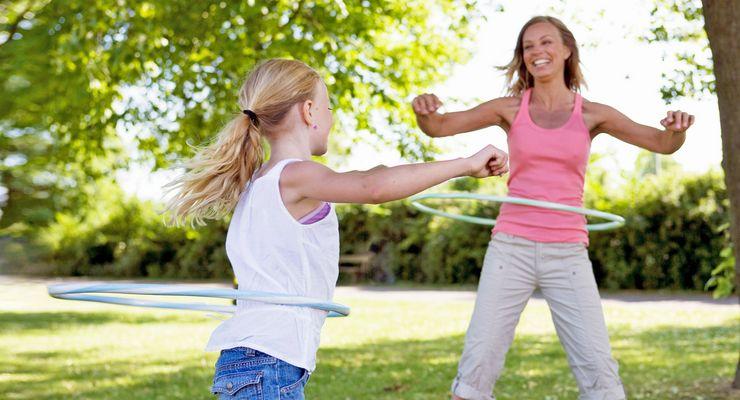 Mutter und Tochter üben mit einem Hula-Hoop-Reifen mg_aktive_ferien.jpg