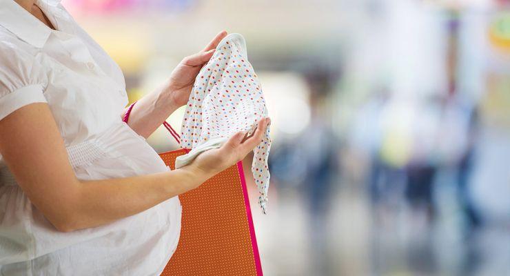 Schwangere Frau geht einkaufen ml_mutterschaftsgeld.jpg