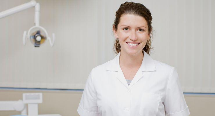 Zahnarzthelferin in einer Zahnarztpraxis ml_zahnversiegelung.jpg