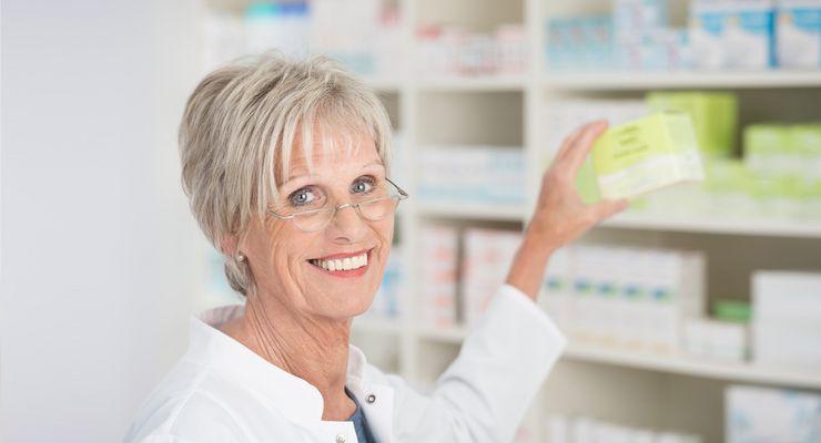Ältere Apothekerin holt Medikamente aus dem Regal ms_apothekensuche.jpg