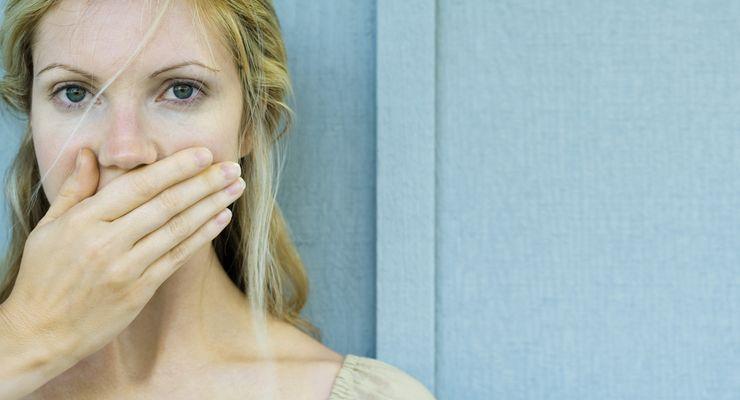 Frau schämt sich wegen ihres Mundgeruchs mg_mundgeruch.jpg