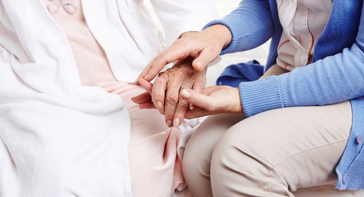Pflegerin hält Hand von Seniorin mg_haeusliche_krankenpflege.jpg