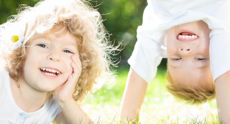 Zwei Kinder spielen fröhlich auf einer Wiese mg_kinder_bewegung.jpg