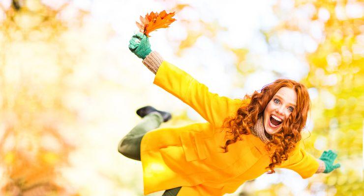 Lachende junge Frau im bunten Herbst mg_abwehrkraefte.jpg