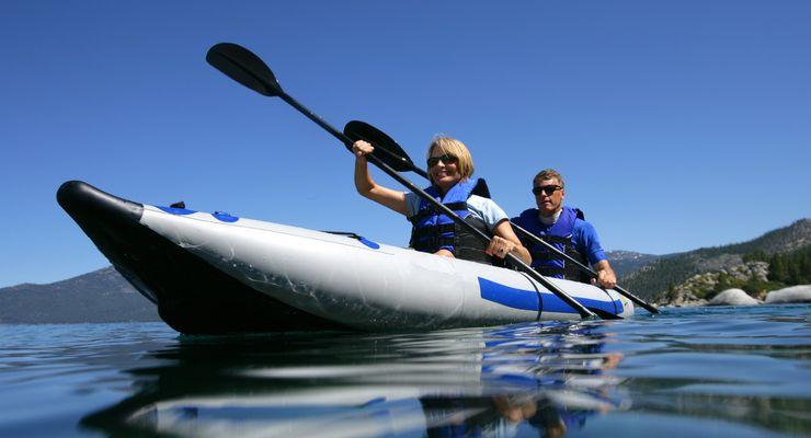 Paar paddelt über einen See mg_paddeln.jpg