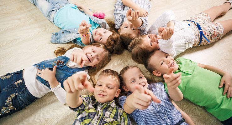 Kinder schauen und zeigen nach oben in die Kamera mg_kinderentwicklung.jpg
