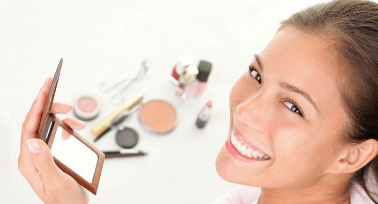 Frau trägt Makeup auf mg_makeup.jpg