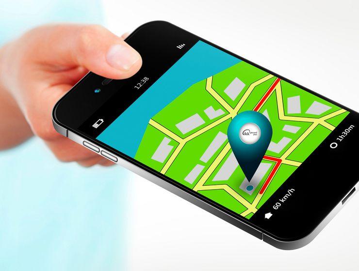 Jemand hält Smartphone mit Routenbeschreibung zur IKK gesund plus ms_gst_suche.jpg