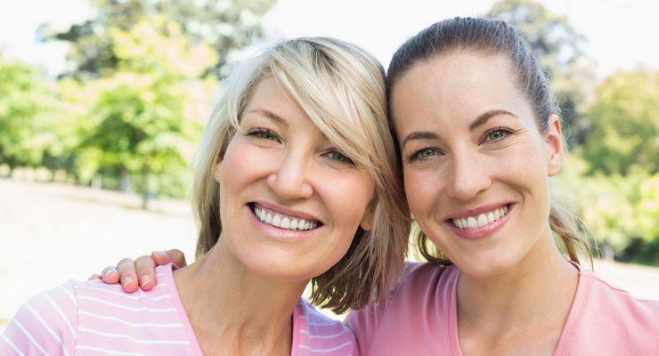 Zwei Frauen lächeln in die Kamera mg_brustkrebs.jpg