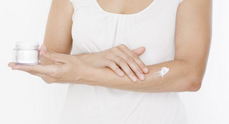 Frau cremt sich den Unterarm ein mg_hautpflege.jpg