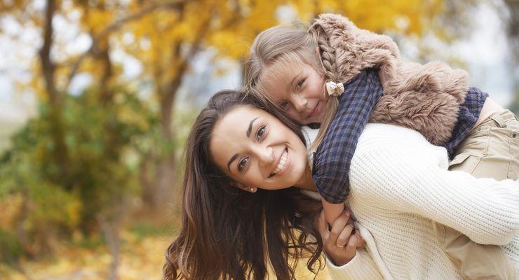 Lachende Frau mit ihrer Tochter auf dem Rücken mg_herbstbekleidung.jpg