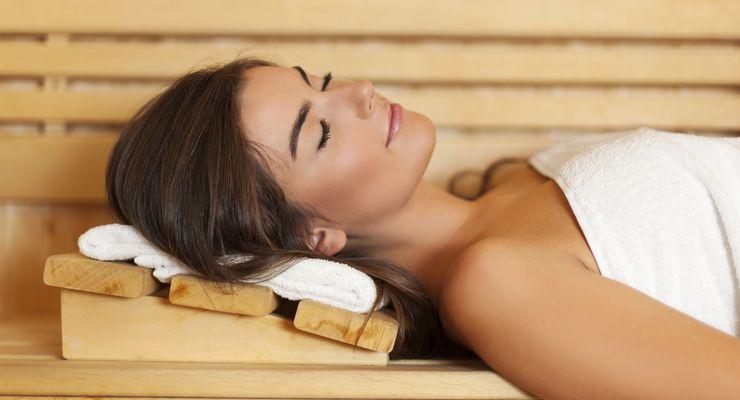 Frau liegt in der Sauna und entspannt mg_sauna.jpg