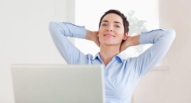 Frau streckt sich an ihrem Bildschirmarbeitsplatz mg_fit_arbeitsalltag.jpg