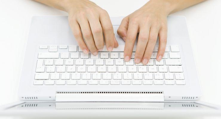Frau tippt auf Laptoptastatur mg_bildschirmarbeit.jpg