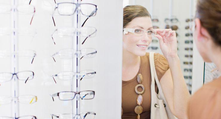 Frau sucht testet eine Brille im Spiegel ml_brillen_sehhilfen.jpg
