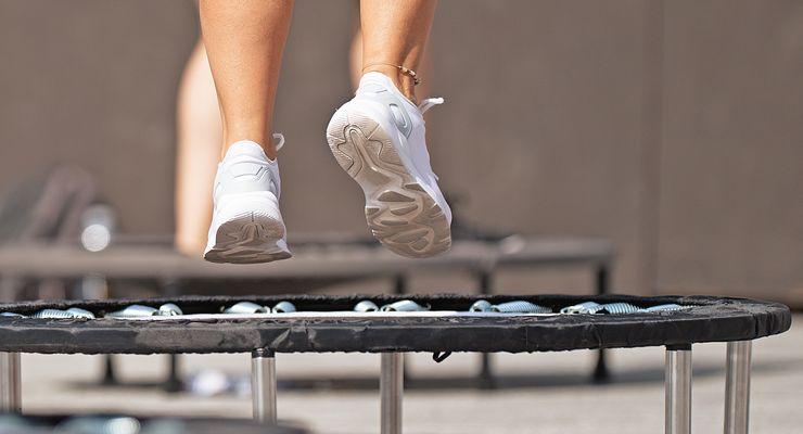 Sportler hüpft auf einem Trampolin mg_trampolin.jpg