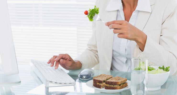 Frau ist am Arbeitsplatz einen Salat mg_ernaehrung_arbeitsplatz.jpg