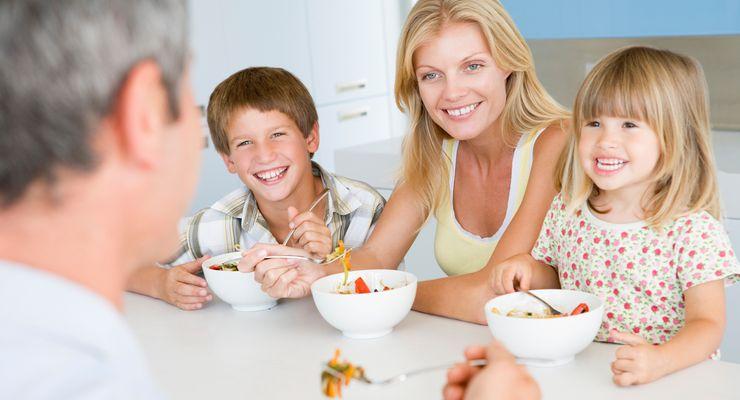 Familie sitzt gemeinsam am Frühstückstisch mg_gemeinsam_essen.jpg