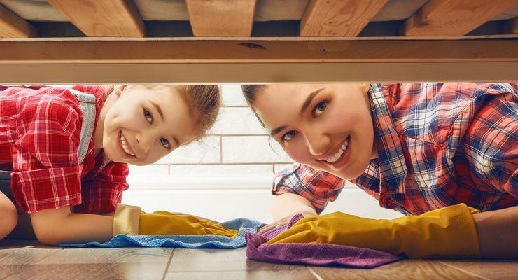 Mutter und Tochter machen Frühjahrsputz - auch unter den Betten mg_fruehjahrsputz.jpg