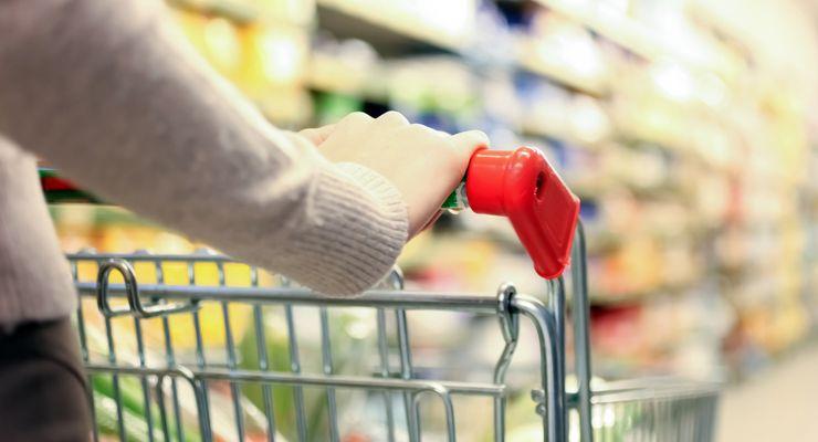 Frau schiebt einen Einkaufswagen durch einen Supermarkt mg_lebensmittelklarheit.jpg