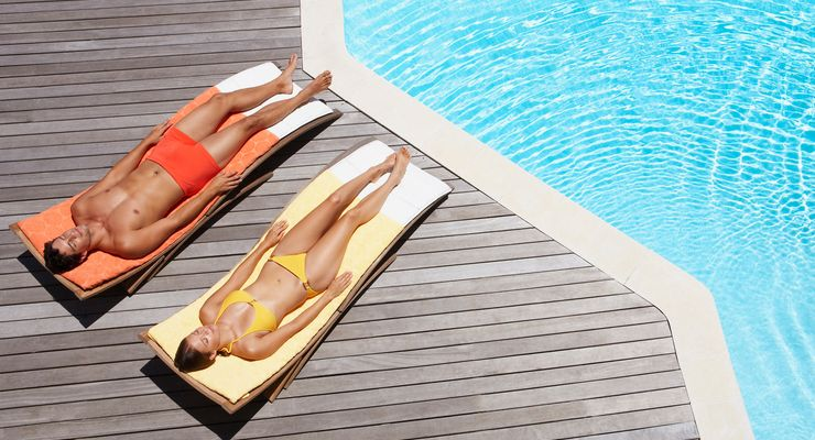 Junges Paar liegt im Pool an der Sonne mg_sonneschutz.jpg
