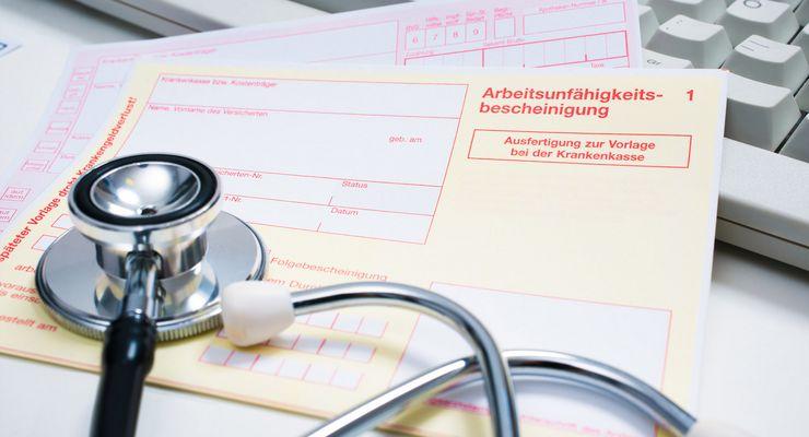 Krankenschein auf einem Arzt-Schreibtisch ml_krankengeld.jpg