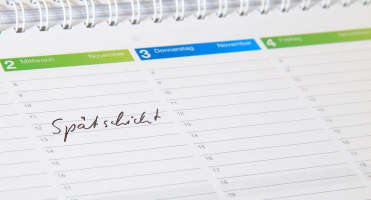 Wochenkalender mit dem Eintrag Spätschicht mg_schichtarbeit.jpg