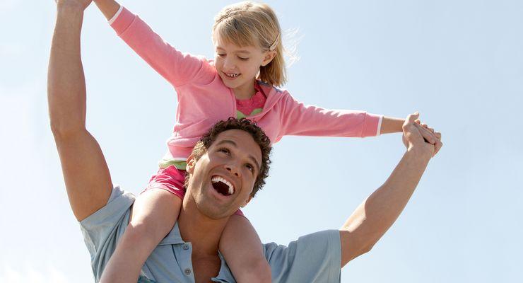 Vater trägt Tochter auf seinen Schultern ml_vater_kind_kur.jpg