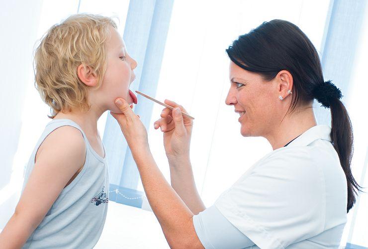 Kinderärztin untersucht ein Kind ml_vorsorge_kinder.jpg