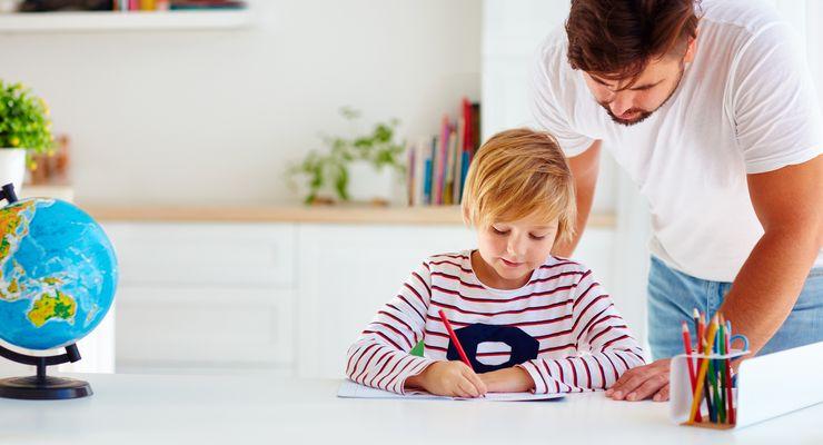 Alleinerziehender Vater unterstützt bei den Hausaufgaben mg_alleinerziehend.jpg