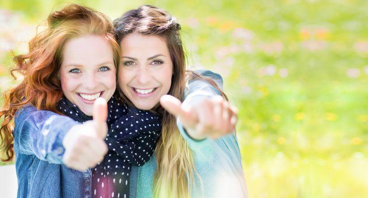 Zwei junge Frauen zeigen ihre Daumen hoch mg_koerpersprache.jpg