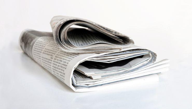 Zeitungsstapel auf einem Tisch ueu_presse.jpg
