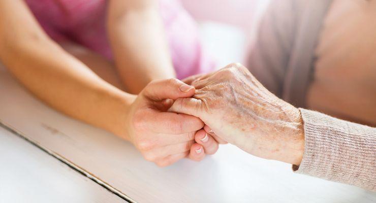 Junge Frau hält die Hand einer älteren Frau ml_hospiz.jpg