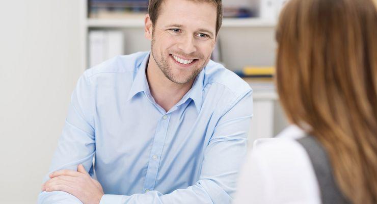 Mann und Frau führen ein Gespräch im Büro ml_soziotherapie.jpg